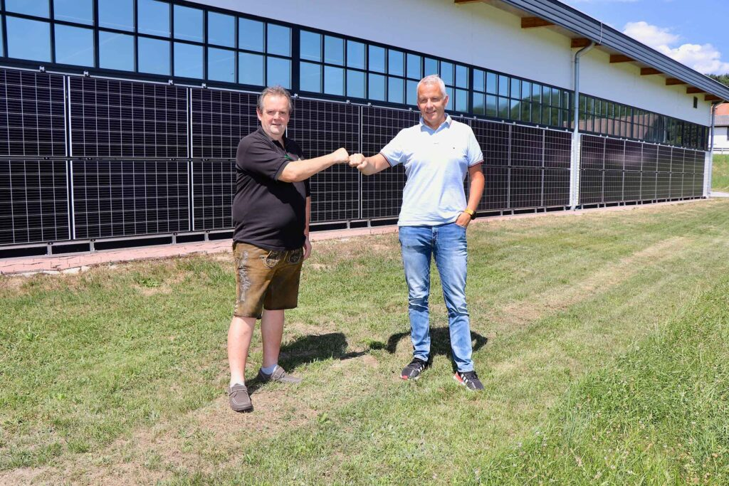 Pressefoto: Siegfried Grabner und Hannes Thaller vor der neuen Photovoltaikanlage der Stadtwerke Hartberg